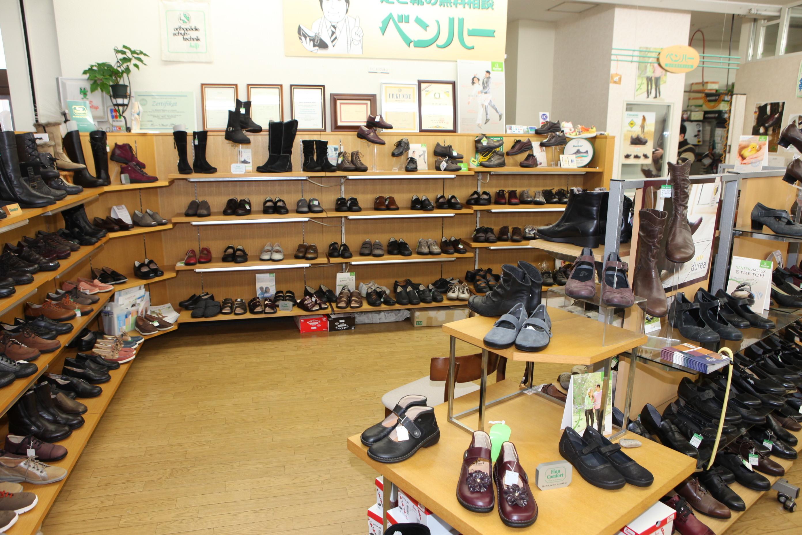 一人ひとりの足に合せ、必要があれば靴やインソールを調整いたします。